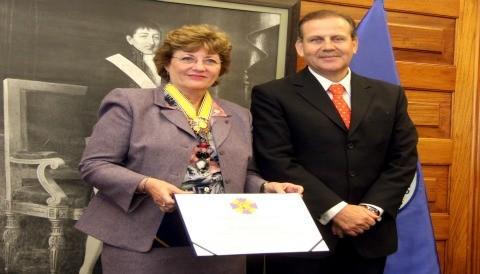 Ministerio de Salud distingue con orden Hipólito Unanue a Directora de la OPS