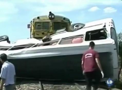 Argentina: Choque de tren y bus escolar deja ocho muertos