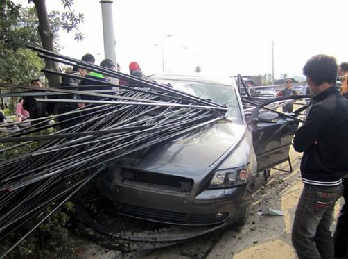 Hombre se salva milagrosamente tras estrellar su parabrisas con barras de acero