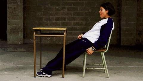 Mala postura al sentarse puede causar dolores en la columna vertebral de escolares