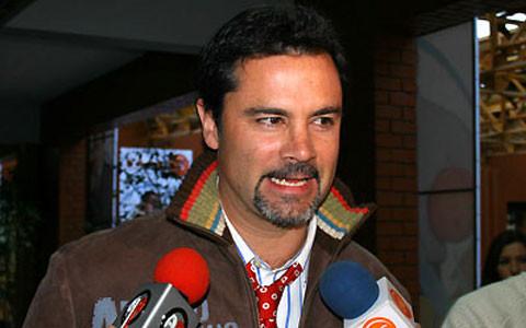 Cientos de personas homenajean a Felipe Camiroaga en alrededores de TVN
