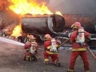 Depósito de pinturas se incendia en Huachipa