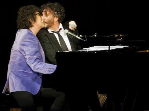 Charly García y Fito Páez se dieron un beso en pleno concierto