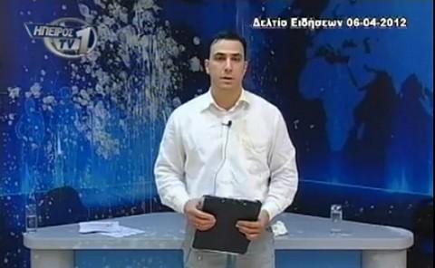 Tiran huevos a periodista en plena entrevista