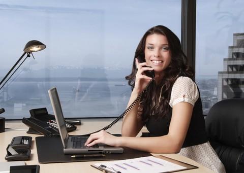 La secretaria en la oficina for Imagenes de oficina de trabajo
