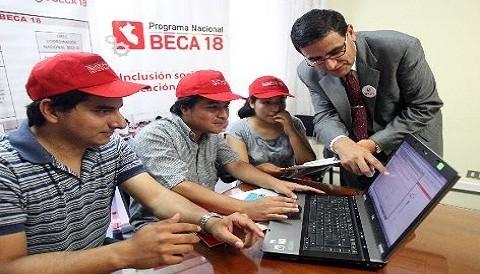 Huancavelica inició entrega de primeras subvenciones de programa Beca 18