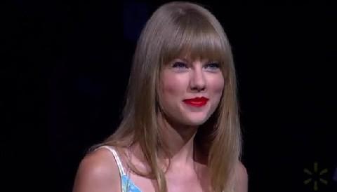 [VIDEO] Taylor Swift se presentó en el evento de Wal-Mart