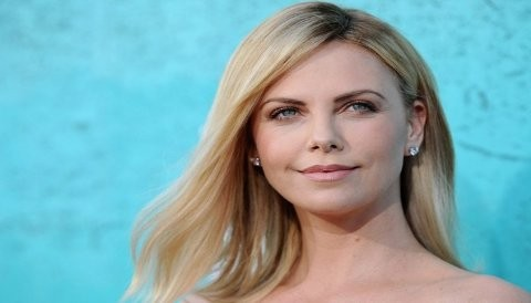 [FOTO] Charlize Theron es captada luciendo la cabeza rapada