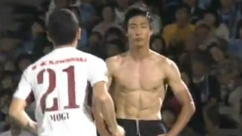 [VIDEO] Jugador japonés imitó celebración de Mario Balotelli