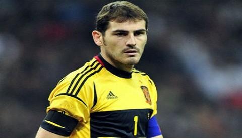 [VIDEO] Iker Casillas es captado pidiendo que acaben el partido por respeto a Italia