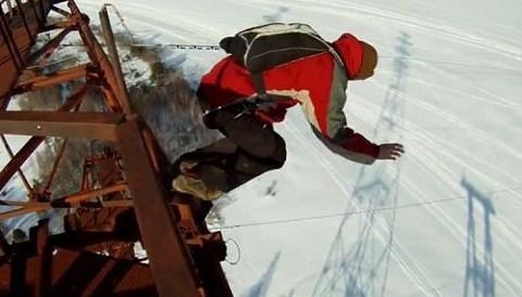 [VIDEO] Joven sobrevive al caer de su paracaídas