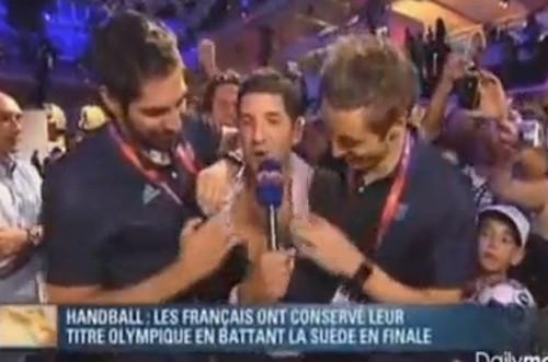 [VIDEO] Selección francesa de balonmano celebró el oro olímpico desnudando a periodista