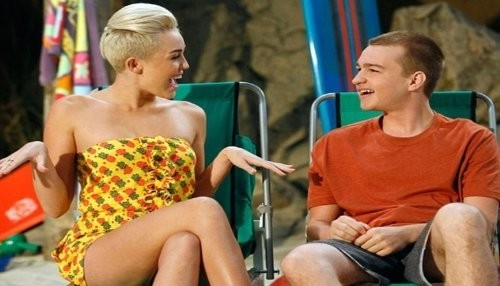 Miley Cyrus habla del beso de Angus T. Jones en Two and a Half Men