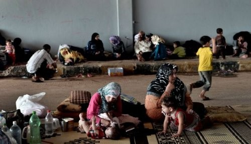Cerca de 9.000 refugiados y 26 oficiales huyen de Siria a Turquía