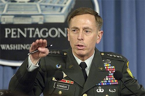El FBI sabía desde el verano pasado que el general David Petraus sostenía una relación extraconyugal