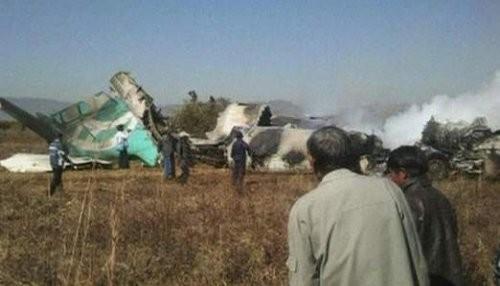 Tres personas muertas al estrellarse avión en carretera de Birmania
