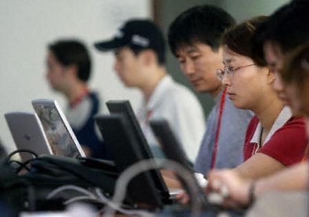China debatirá requerir la identidad real de los usuarios de Internet