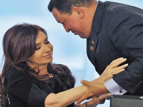 Cristina Fernández le regaló una Biblia a Hugo Chávez