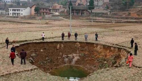 Aparecen misteriosos hoyos en un pueblo chino