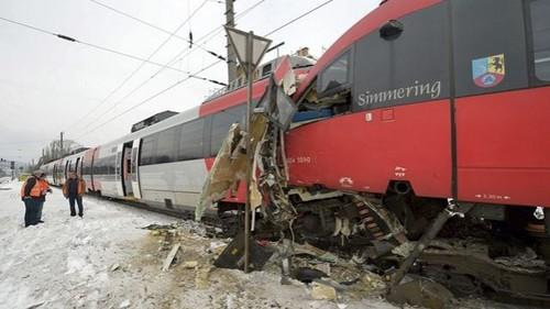 Dos trenes chocan en Austria