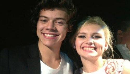 Harry Styles le da serenata a una rubia misteriosa [FOTOS]