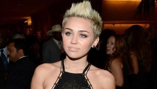 Miley Cyrus niega ruptura con Liam Hemsworth en Twitter