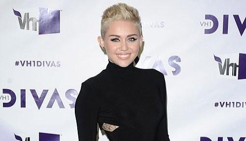 Miley Cyrus se relaja en la piscina de Hotel de California [FOTOS]