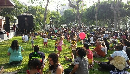 Celebrando el Día Mundial de la Felicidad en Miraflores