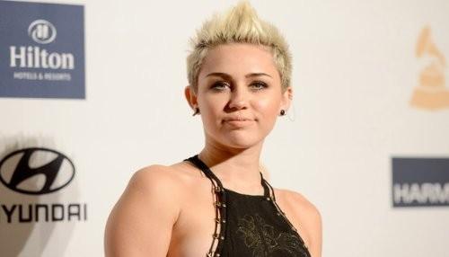 Miley Cyrus muestra su anillo de compromiso en extraña imagen en Twitter [FOTO]