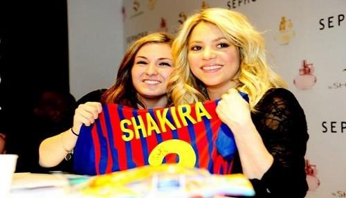 Shakira presentó perfume y lució camiseta de Piqué