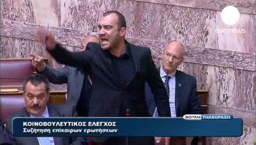 Gritan tres veces consecutivas el tristemente célebre saludo nazi 'Heil Hitler' en el Parlamento de Grecia