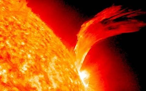 NASA: Erupción solar alcanzará a la Tierra