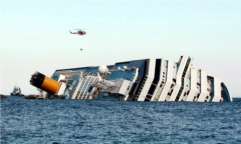 El Costa Concordia comienza a deslizarse y labores de rescate se suspenden