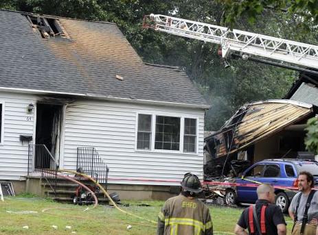 Estados Unidos: Dos personas mueren al estrellarse un avión bimotor contra una casa en Connecticut
