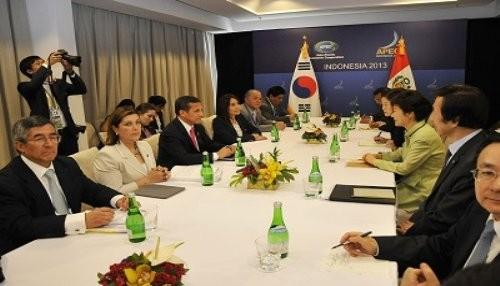 Mandatario sostuvo diálogo con su homóloga de la República de Corea, Park Geun Hye en Indonesia