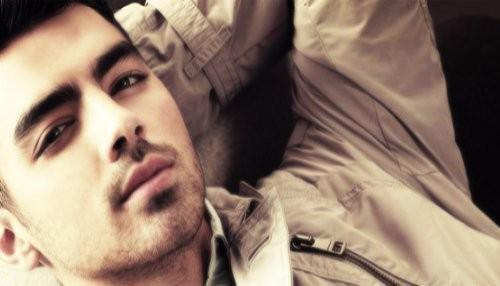 Joe Jonas: La primera vez que fume hierba fue con Demi y Miley
