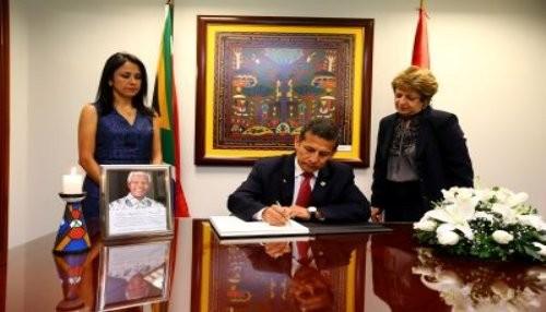 Libro de condolencias en homenaje a Mandela fue firmado por presidente Humala