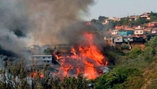 Chile: Decretan Zona de Catástrofe por incendio en cerros de Valparaíso