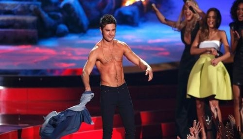 Zac Efron se queda sin camisa en los MTV Movie Awards 2014 [VIDEO]