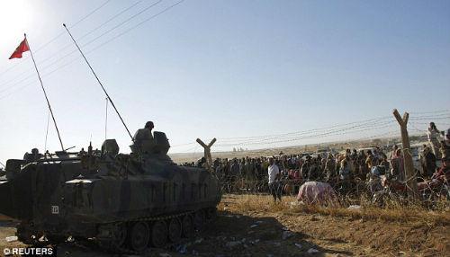 Turquía cierra la frontera mientras miles de sirios huyen del ataque de ISIS