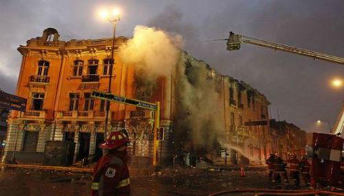 Modernas autobombas fueron utilizadas por Bomberos para controlar incendio en edificio de Plaza Dos de Mayo