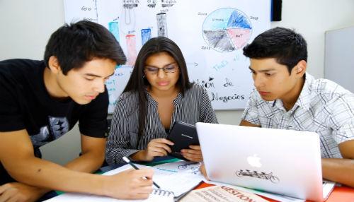 CIBERTEC premia excelencia educativa con alumno integrante del programa Beca 18