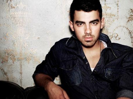 Joe Jonas cada vez más cerca de sus fanáticas