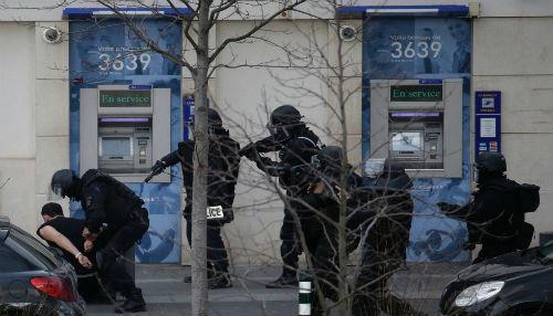 París: Hombre armado con una Kalashnikov toma dos rehenes en una oficina de correos [Video]