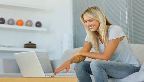 Más mujeres que hombres acceden a internet desde el hogar