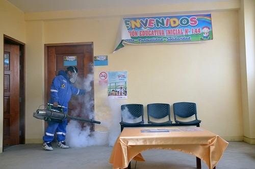 Culmina fumigación de colegios para prevenir el virus del sika