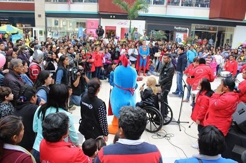 El Centro Educativo Especial Fray Masías y el cantante Willy Rivera realizaron 'flashmob' en MegaPlaza