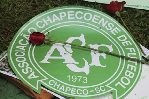 Miles de fans del Chapecoense celebran vigilia por el equipo