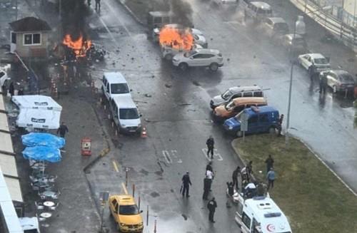 Turquía: Explota coche bomba cerca del Palacio de Justicia en Izmir