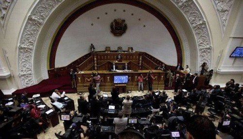 Legisladores en Venezuela han dicho que el presidente Maduro 'abandonó su puesto'